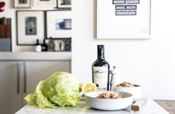 Farro in insalata con gamberetti, insalata iceberg, limone e timo